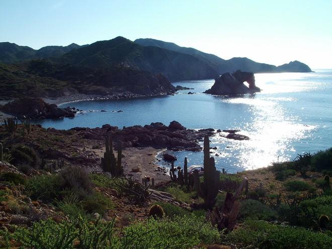 Tháp hồng soi bóng hồ gương dưới đáy biển: Kỳ quan tuyệt đẹp mới được tìm ra tại California - Ảnh 2.