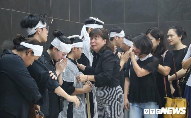 Ảnh: Nước mắt tiễn đưa nữ công nhân môi trường bị xe điên tông chết về với đất mẹ - Ảnh 2.