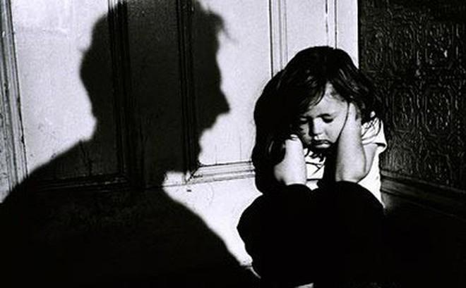 Ông lão 60 tuổi bị tố nhiều lần xâm hại bé gái 7 tuổi hàng xóm ở trên võng