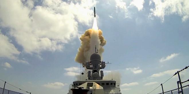 Tên lửa Nga bay tới tấp ngoài khơi Syria, nghênh đón tàu sân bay Mỹ tiến vào Địa Trung Hải - Ảnh 1.