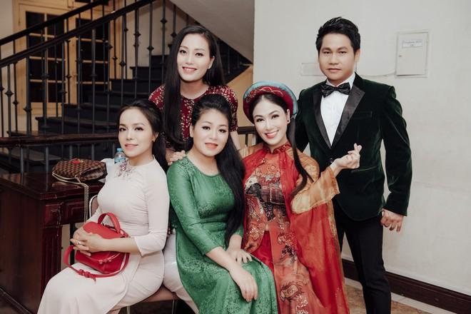 Hoa hậu Tuyết Nga hát chung sân khấu với loạt nghệ sĩ tên tuổi - Ảnh 1.