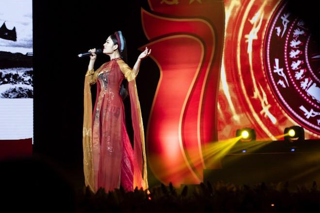 Hoa hậu Tuyết Nga hát chung sân khấu với loạt nghệ sĩ tên tuổi - Ảnh 4.