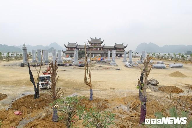 Ảnh: Hàng nghìn công nhân làm việc xuyên đêm tại ngôi chùa lớn nhất thế giới ở Hà Nam - Ảnh 1.