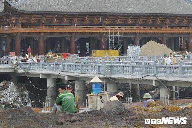 Ảnh: Hàng nghìn công nhân làm việc xuyên đêm tại ngôi chùa lớn nhất thế giới ở Hà Nam - Ảnh 2.