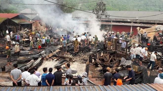 Cháy lớn thiêu rụi 6 ngôi nhà và kho hàng tại Lai Châu - Ảnh 1.