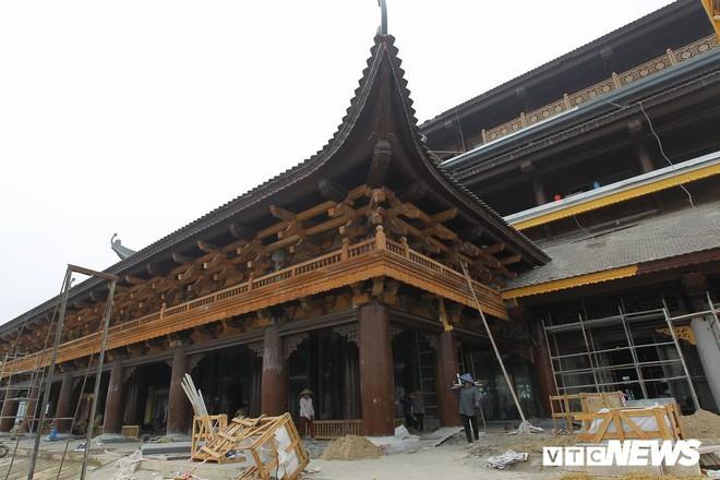Ảnh: Hàng nghìn công nhân làm việc xuyên đêm tại ngôi chùa lớn nhất thế giới ở Hà Nam - Ảnh 4.