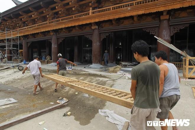 Ảnh: Hàng nghìn công nhân làm việc xuyên đêm tại ngôi chùa lớn nhất thế giới ở Hà Nam - Ảnh 5.