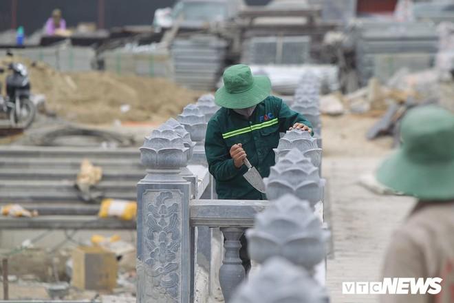 Ảnh: Hàng nghìn công nhân làm việc xuyên đêm tại ngôi chùa lớn nhất thế giới ở Hà Nam - Ảnh 6.