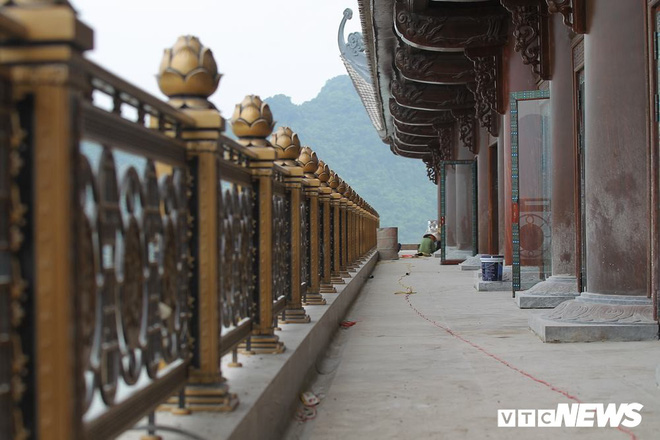 Ảnh: Hàng nghìn công nhân làm việc xuyên đêm tại ngôi chùa lớn nhất thế giới ở Hà Nam - Ảnh 7.