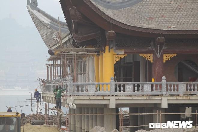 Ảnh: Hàng nghìn công nhân làm việc xuyên đêm tại ngôi chùa lớn nhất thế giới ở Hà Nam - Ảnh 9.
