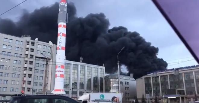 Cháy rất lớn tại nhà máy chế tạo tên lửa Nga - Khói lửa bốc lên ngùn ngụt - Ảnh 1.