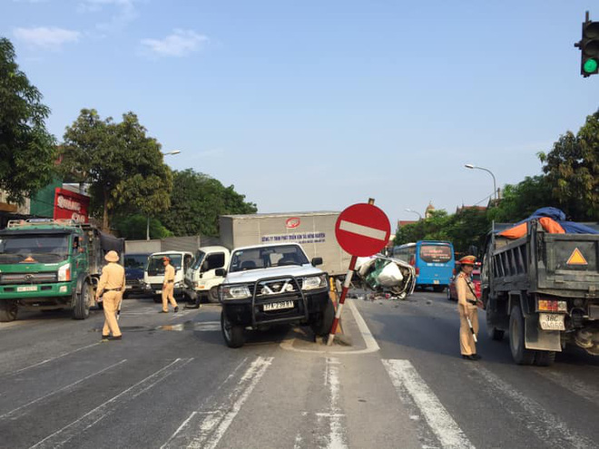 4 ô tô bị xe container đâm khi dừng đèn đỏ, có xe nát bét - Ảnh 1.