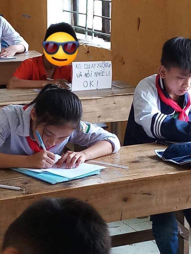 Dòng chữ dằn mặt để trên bàn của hai học sinh trong giờ kiểm tra khiến dân mạng cạn lời - Ảnh 2.