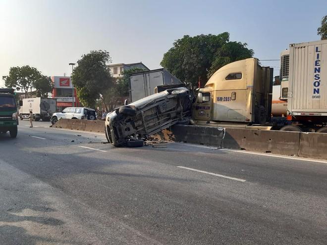 4 ô tô bị xe container đâm khi dừng đèn đỏ, có xe nát bét - Ảnh 3.