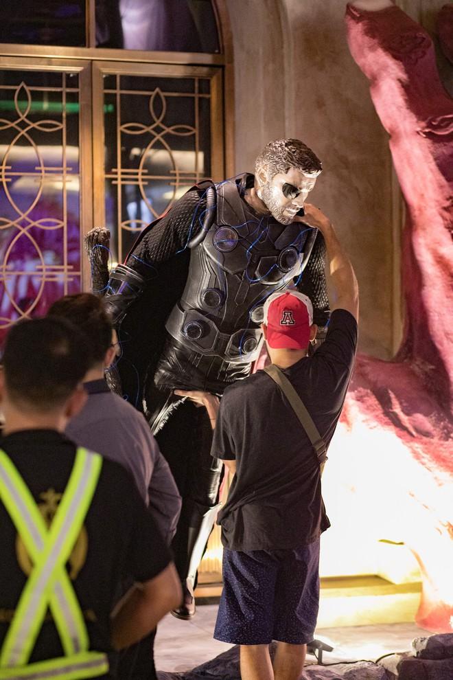 Cơn bão Avengers gây sốt phố đi bộ Hà Nội - Ảnh 2.
