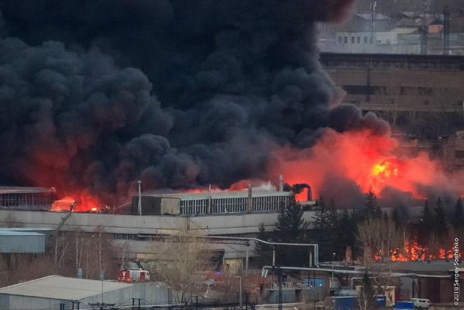 Cháy rất lớn tại nhà máy chế tạo tên lửa Nga - Khói lửa bốc lên ngùn ngụt - Ảnh 2.