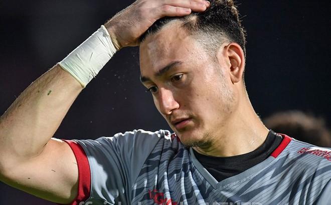"""Đặng Văn Lâm nhăn nhó """"muốn khóc"""" trước hàng thủ nghiệp dư của Muangthong United"""
