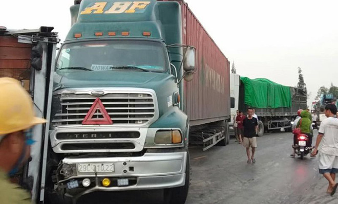 4 xe tải tông nhau liên hoàn trên đường tránh QL 1A, giao thông ách tắc - Ảnh 1.
