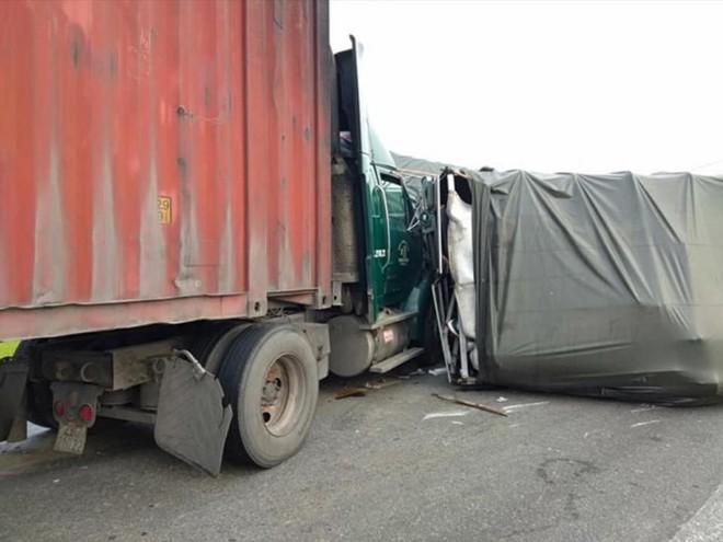 4 xe tải tông nhau liên hoàn trên đường tránh QL 1A, giao thông ách tắc - Ảnh 2.