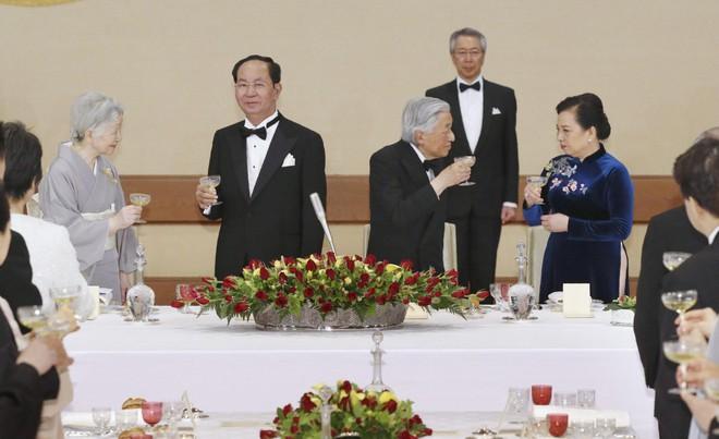 Lòng hiếu khách từ trái tim của Nhật hoàng: Đón khách ở tận nơi đỗ xe, chơi tennis hết mình với khách quý - Ảnh 2.