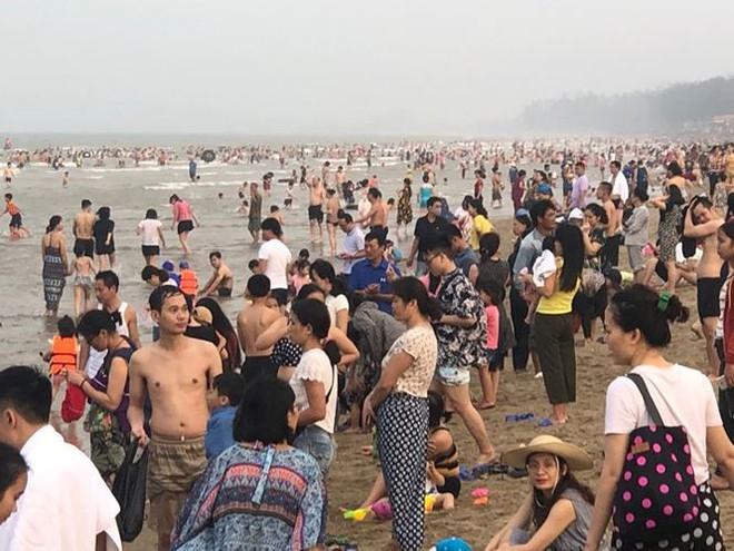 Hơn 2 vạn người trên bãi biển Cửa Lò, khách sạn cháy phòng - Ảnh 5.
