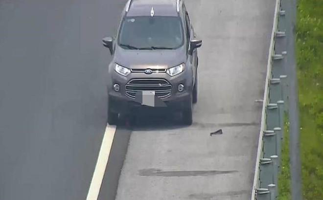 Tài xế điều khiển ô tô ngược chiều trên cao tốc bị phạt 7,5 triệu, tước bằng lái 5 tháng
