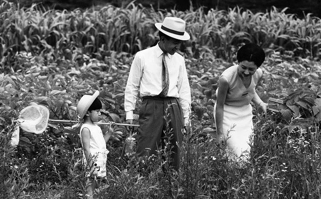 """Tuổi thơ phải rời xa cha mẹ từ sớm và cách giáo dục con """"phá vỡ quy chuẩn Hoàng gia"""" của Nhật hoàng Akihito"""