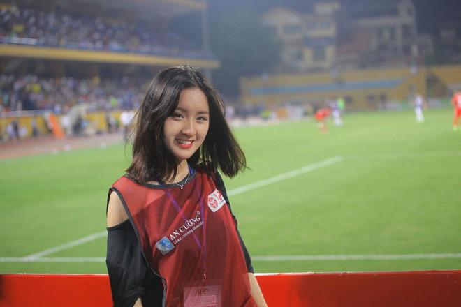 Xuất hiện vài giây trên bản tin truyền hình, cô gái Hà Nội bỗng được dân mạng truy lùng - Ảnh 3.