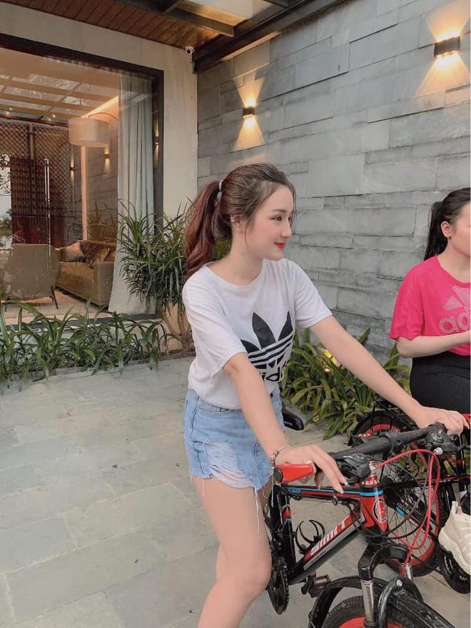 Xuất hiện vài giây trên bản tin truyền hình, cô gái Hà Nội bỗng được dân mạng truy lùng - Ảnh 6.