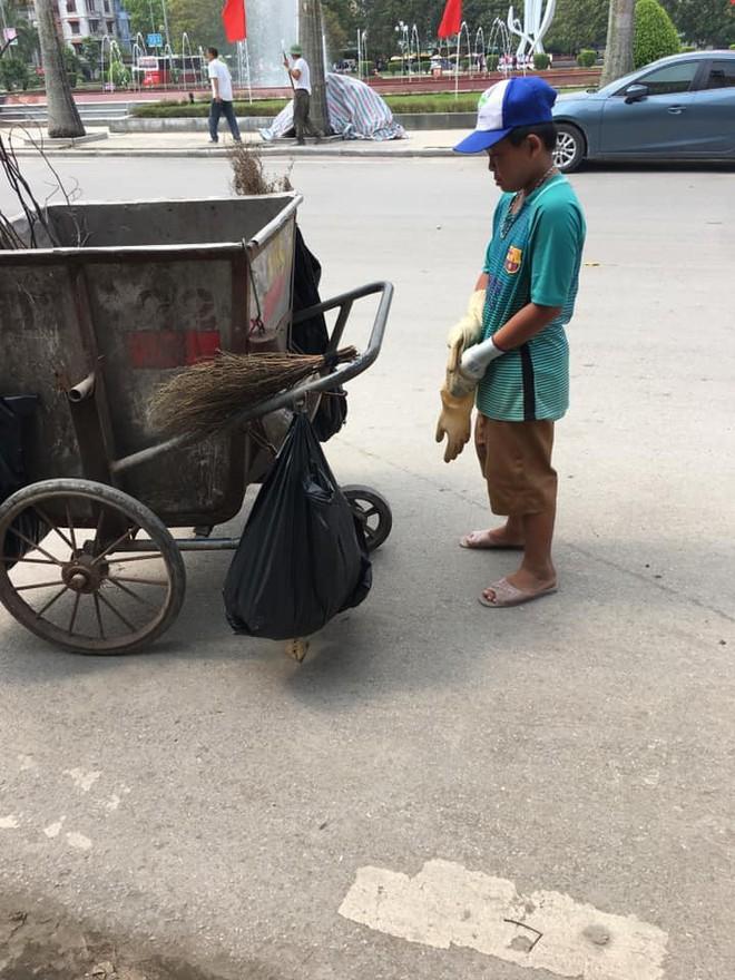 Bé trai đi quét rác với mẹ ngày nghỉ lễ, lí do của em khiến dân mạng rưng rưng - Ảnh 2.