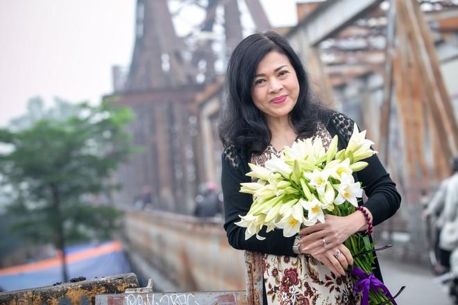 Chế Linh nắm tay vợ tình cảm vợ trên đường phố Hà Nội - Ảnh 4.