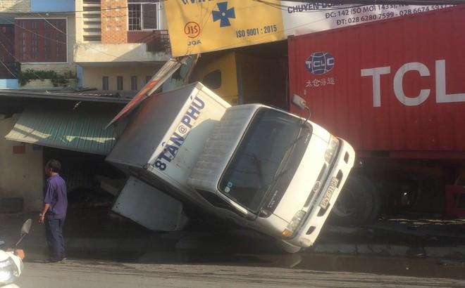 Tài xế xe container vẫn say sưa ngủ trong cabin sau khi tông sập 2 nhà dân ở Sài Gòn