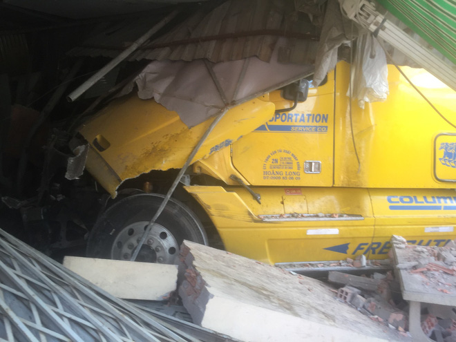 Tài xế xe container vẫn say sưa ngủ trong cabin sau khi tông sập 2 nhà dân ở Sài Gòn - Ảnh 1.