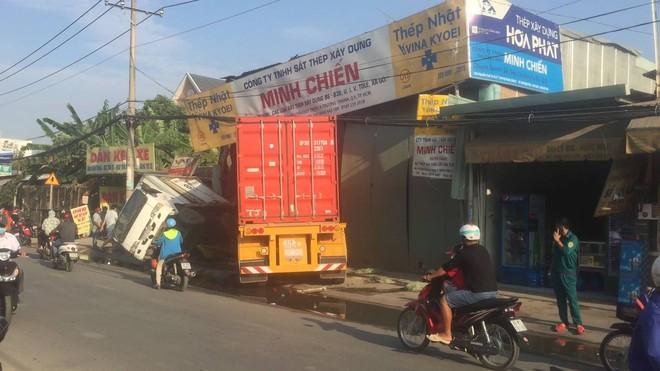 Tài xế xe container vẫn say sưa ngủ trong cabin sau khi tông sập 2 nhà dân ở Sài Gòn - Ảnh 2.