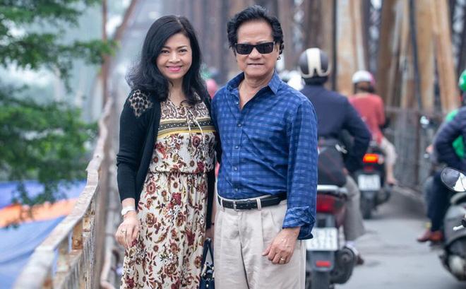 Chế Linh nắm tay vợ tình cảm vợ trên đường phố Hà Nội