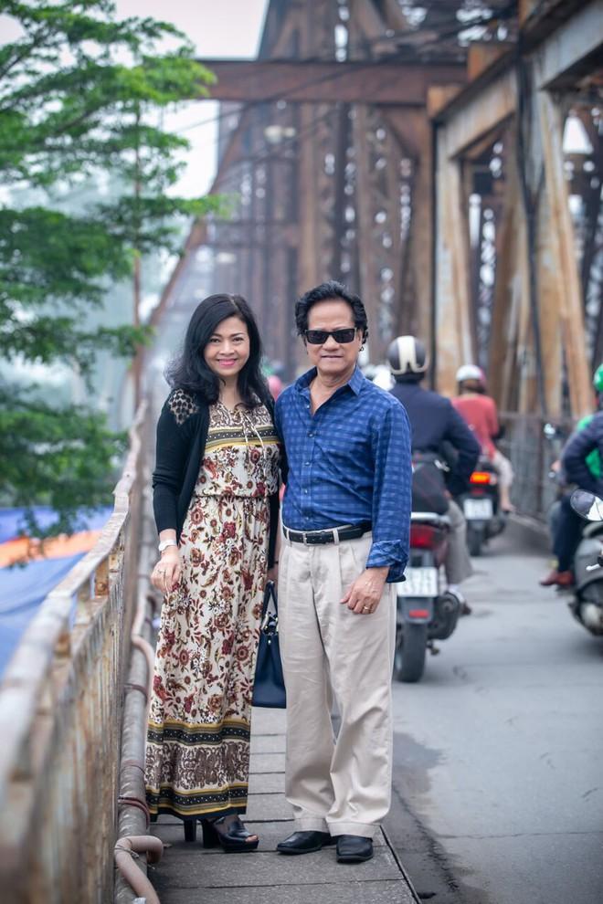 Chế Linh nắm tay vợ tình cảm vợ trên đường phố Hà Nội - Ảnh 1.