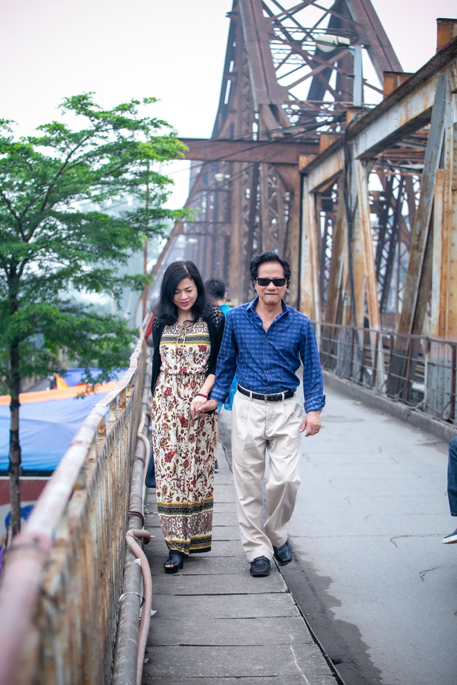Chế Linh nắm tay vợ tình cảm vợ trên đường phố Hà Nội - Ảnh 2.