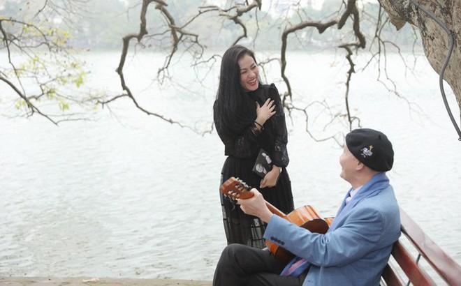 Nhạc sĩ Vũ Thành An ngẫu hứng đánh đàn guitar cho học trò hát ở Hồ Gươm