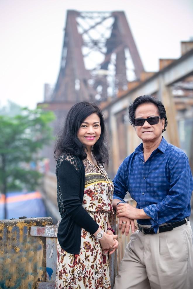 Chế Linh nắm tay vợ tình cảm vợ trên đường phố Hà Nội - Ảnh 3.