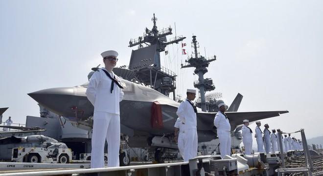 Tàu chiến Mỹ đi qua Biển Đông, mang theo tiêm kích F-35B với số lượng lớn chưa từng thấy - Ảnh 1.
