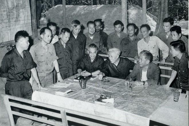 đầu Xuan 1975 Quan Ta Giải Phong Miền Nam Thống Nhất Hoan Toan Tổ Quốc