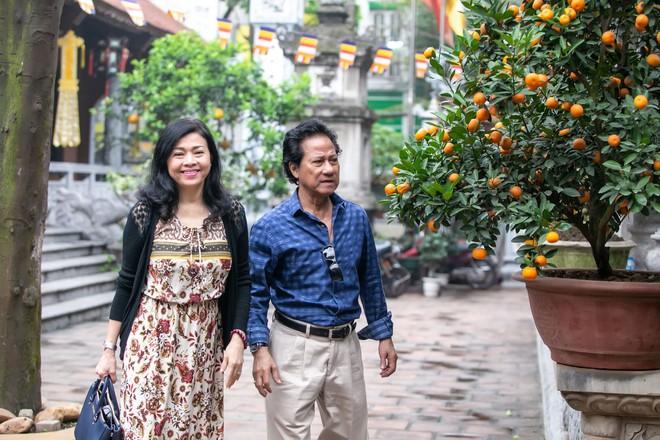 Chế Linh nắm tay vợ tình cảm vợ trên đường phố Hà Nội - Ảnh 6.