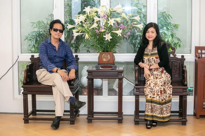 Chế Linh nắm tay vợ tình cảm vợ trên đường phố Hà Nội - Ảnh 5.
