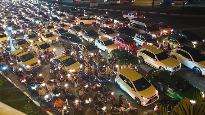 Người Sài Gòn đổ về trung tâm xem bắn pháo hoa, đường vào tòa nhà 81 tầng kẹt cứng  - Ảnh 5.
