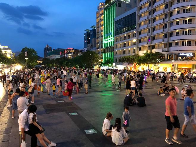 Người Sài Gòn đổ về trung tâm xem bắn pháo hoa, đường vào tòa nhà 81 tầng kẹt cứng  - Ảnh 2.