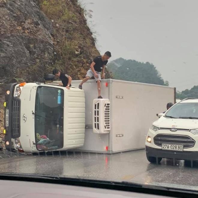 Clip: Xe tải ôm cua đâm vào vách núi lật nghiêng, quyết định của tài xế xe ngược chiều gây chú ý - Ảnh 2.