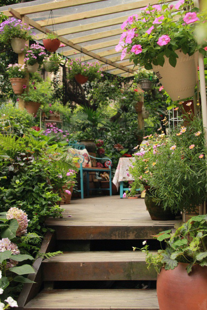 Khu vườn rực rỡ như xứ sở thần tiên của cô gái xinh đẹp với đủ loại hoa khoe sắc - Ảnh 1.