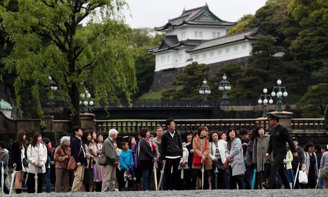 Nhật Bản đếm ngược sự kiện 200 năm có một: Nhật hoàng Akihito đã bắt đầu nghi thức thoái vị - Ảnh 2.
