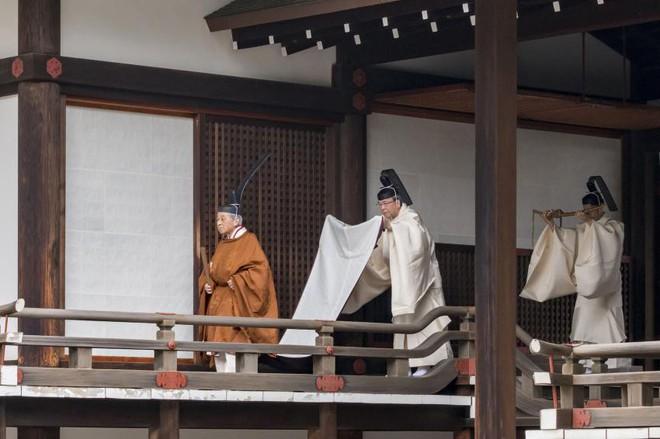 Nhật Bản đếm ngược sự kiện 200 năm có một: Nhật hoàng Akihito đã bắt đầu nghi thức thoái vị - Ảnh 1.