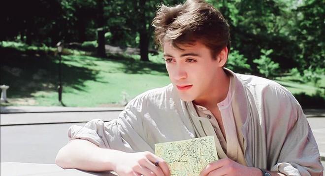 Vẻ đẹp của Iron Man Robert Downey Jr năm 22 tuổi: Đẹp trai lãng tử nhìn là yêu - Ảnh 2.